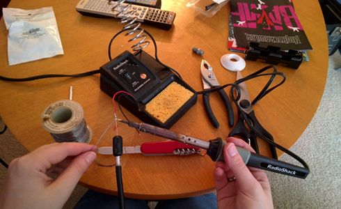 How to build your own itty bitty radio telescope. How to listen to meteor showers using FM radio.