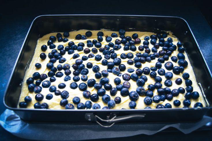 Einfacher Blechkuchen mit Schmand und Blaubeeren – Backen