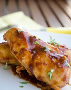 Barbekü Soslu Tavuk      Kaydet Yazdır    Yazar: Sibel Yalçın Tarif Türü: Tavuk Yemeği   İçindekiler  1 kg tavuk kemiksiz kalça eti veya göğüs 7 çorba kaşığı barbekü sosu 2 diş sarımsak 1 tatlı kaşığı kırmızı toz biber 1 tatlı kaşığı mısır nişastası yarım su bardağı su 4 çorba kaşığı sızma zeytinyağ