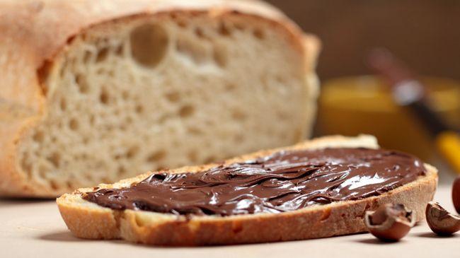 La Nutella fatta in casa riproduce abbastanza fedelmente la ricetta originale, con le sue nocciole e il cioccolato, ideale da spalmare sul pane,