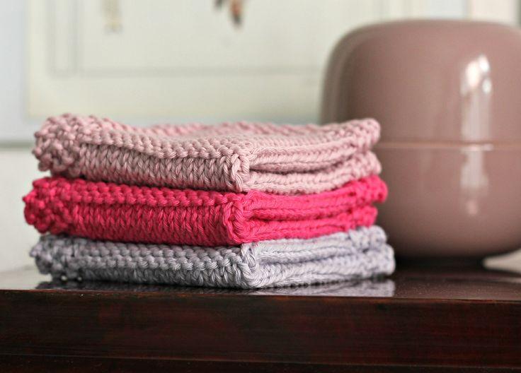 Det ta'r ca. en krimi i fjernsynet at strikke en af de bløde, lækre vaske-, kar- eller altmuligandetklude. F.eks. sutteklud til baby – eller bare en lækker klud at ha' med i tasken til et eller andet lille uheld. Kludene strikkes i ren bomuld, som findes i et væld af farver, og som kan vaskes igen og igen og ………