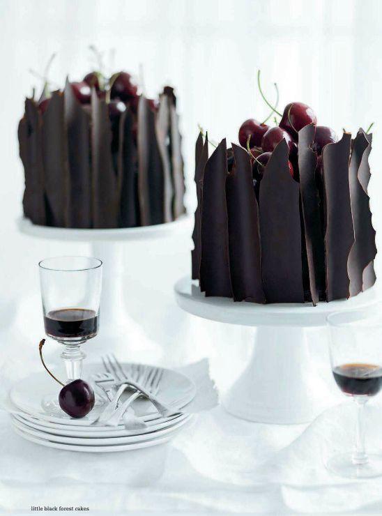 Little black forest cakes.... Suculenta recta con chocolate y cerezas, un cherry de pastel que empiece la fiesta.