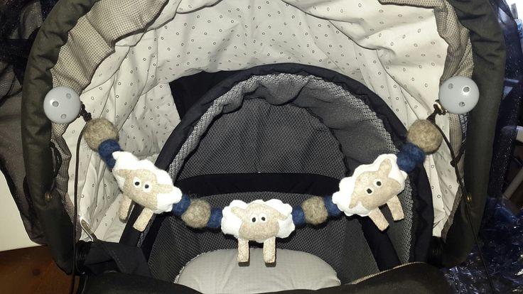 Barnevognskæde med håndsyet filt får og filtet kugler