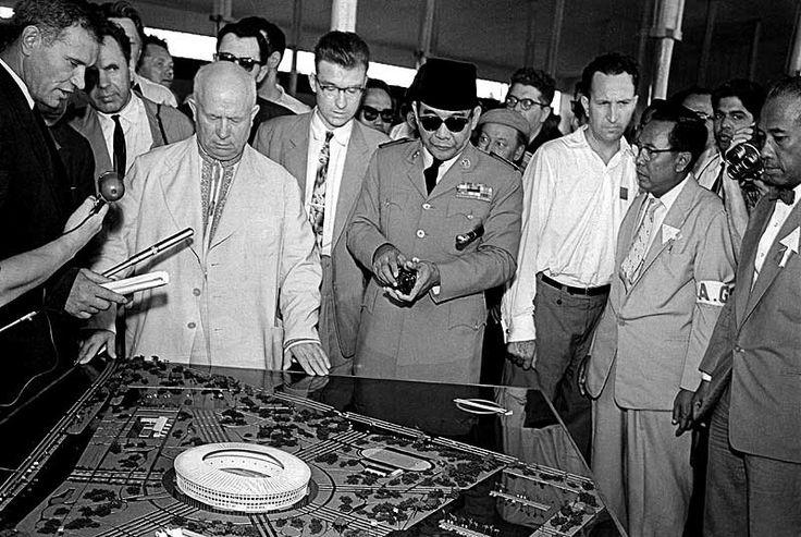 Foto Nikita Khrushchev, kepala negara Uni Soviet saat itu bersama dengan Presiden Soekarno berada di depan maket Stadion Senayan, 1960.