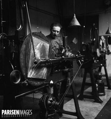 Machine à graver les maquettes des médailles. Hôtel des Monnaies, quai de Conti. Paris (VIème arr.), juin 1955.