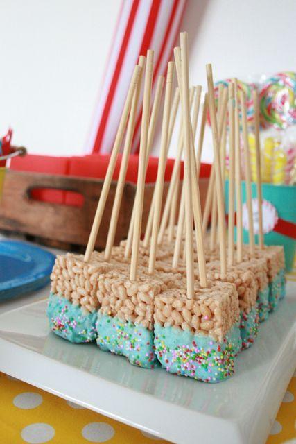 Pour sortir de l'ordinaire pour une fête, préparez des mini-carrés montés sur des batonnets. Trempez-les dans du chocolat coloré pour plus de punch!