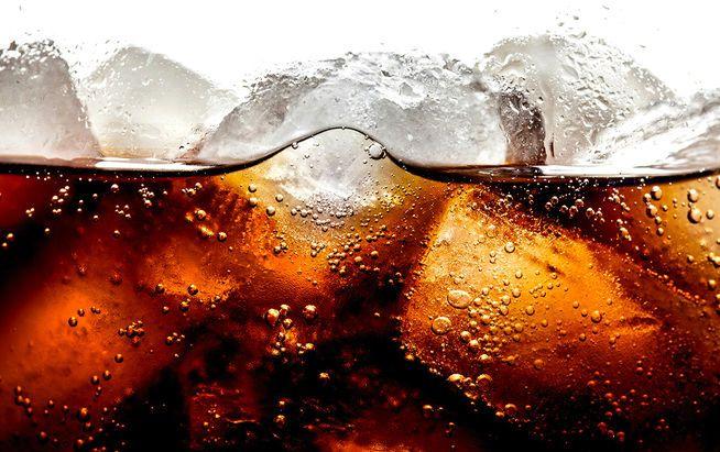 Was passiert, wenn man Cola trinkt? Wir verraten es.