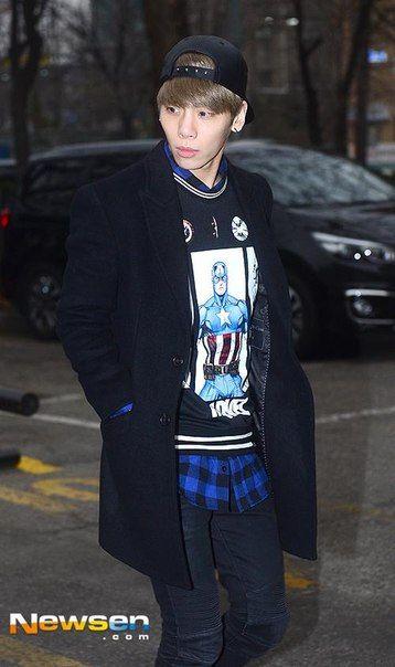 150116 Jonghyun по пути на Music Bank. Full:https://pbs.twimg.com/media/B7bzDuOCYAA2-Q2.jpg