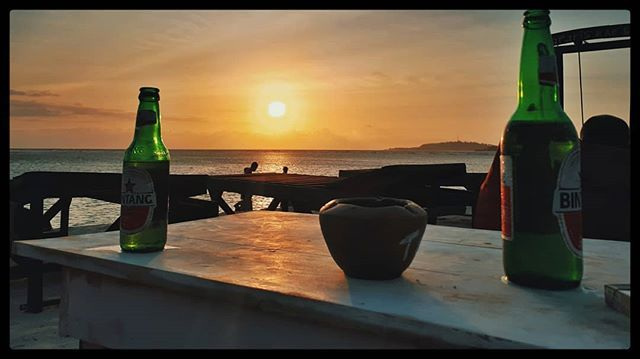 """Saat senja menjelang banyak tempat di Gili menawarkan promo """"happy hour"""" membeli minuman dengan potongan harga menggiurkan.  Siapa yang tak tergoda meneguk segarnya minuman sembari menatap senja menjelang?  #Blohisme #ngaku2traveler . . . . . . . . . . #doyoutravel #PassionPassport #welltravelled #journesia #indonesia_photography #theimaged  #indotravellers #neverstopexploring #grammingeverywhere #exploreindonesia #ExploreLombok #folkindonesia #folkscenery #passportready #mytripmyadventure…"""