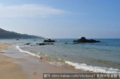 어달해수욕장 : 동해안의 시원한 분위기와 자연절경이 어우러진 곳. 활어회와 바다낚시까지 즐길 수 있다.