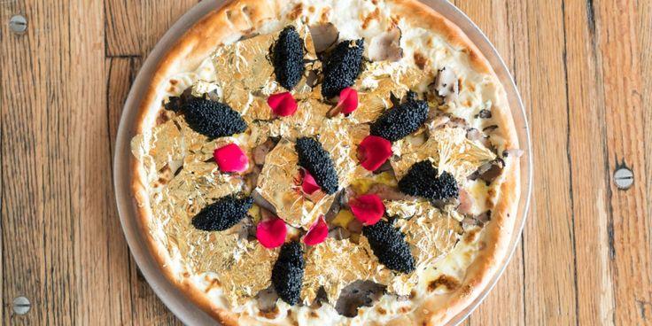 Prowadzisz lokal gastronomiczny w Nowym Jorku, w okolicy dzielnicy finansowej. Co zrobisz, by wyróżnić się na tle konkurencji i przyciągnąć specyficzną grupę okolicznych konsumentów? Industry Kitchen postanowiło wykarmić ich ego! http://exumag.com/industry-kitchen-luksusowa-pizza/