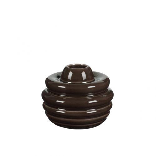 Cono Lysestage - Det er keramiker Marianne Nielsen, der står bag de fint stilliserede CONO kogler, der med hver deres unikke form, er designet specielt til kronelyset.  Stagerne er glaseret i fire brune nuancer og med en transparent glasur som på smukkeste vis fremhæver den enkelte kogles form. Kan bruges enkeltvis eller sat sammen som et spændene stilleben, der flot reflektere lyset, uanset årstid.