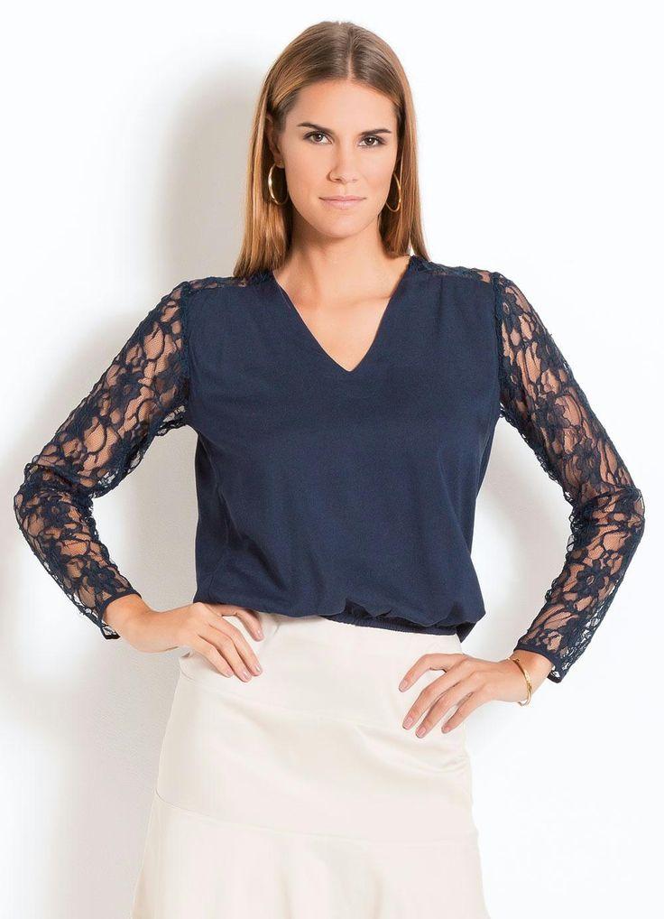 Blusa com manga de renda azul marinho.