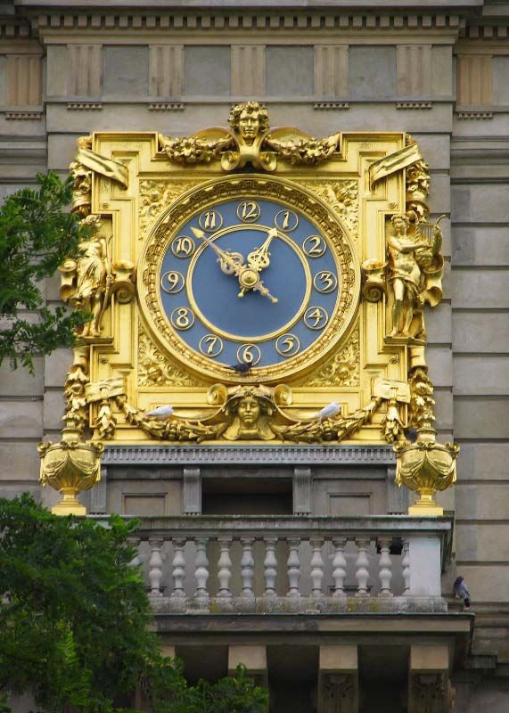 (+2200 *185)  Outdoor time piece at Clivedon House Buckinghamshire