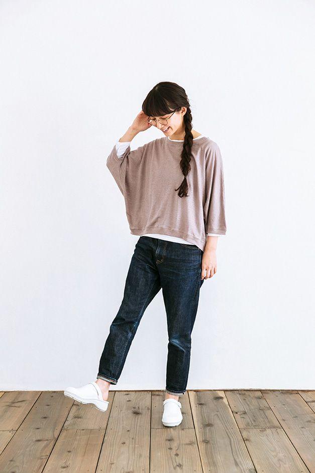 脇まわりが着物のようにゆったりしているデザインが特長のドルマンスリーブトップス。こちらは、うっすらとグレーが入った紫のような微妙な色合いが目を惹くフレンチモーブというカラー。ややくすんだ色は今年の注目色です。リネン100%という通気性の良い素材と、ゆったりとした着心地があいまって、これから暖かくなってくる季節にぴったりな1枚となりました。衿ぐり、袖口、裾にはリブ素材つき。着丈が短めなので、どんなボトムスとも好バランス。魅力がたくさんつまった1枚です。