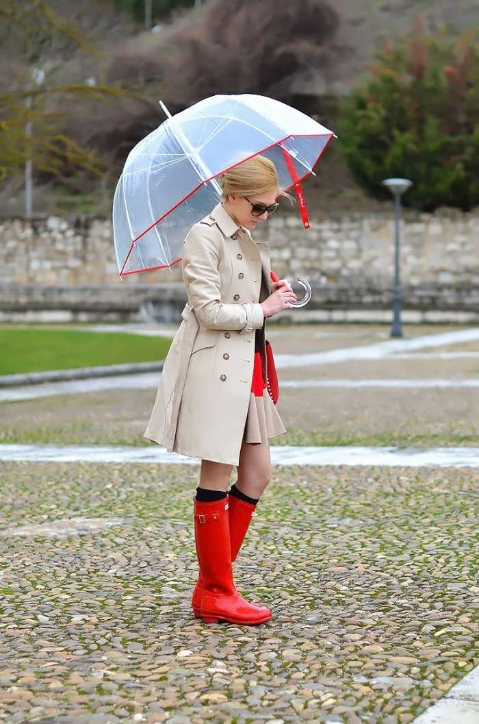 kräftig-rote Regenstiefel mit beigefarbenen Mantel kombiniert-transparenter Regenschirm