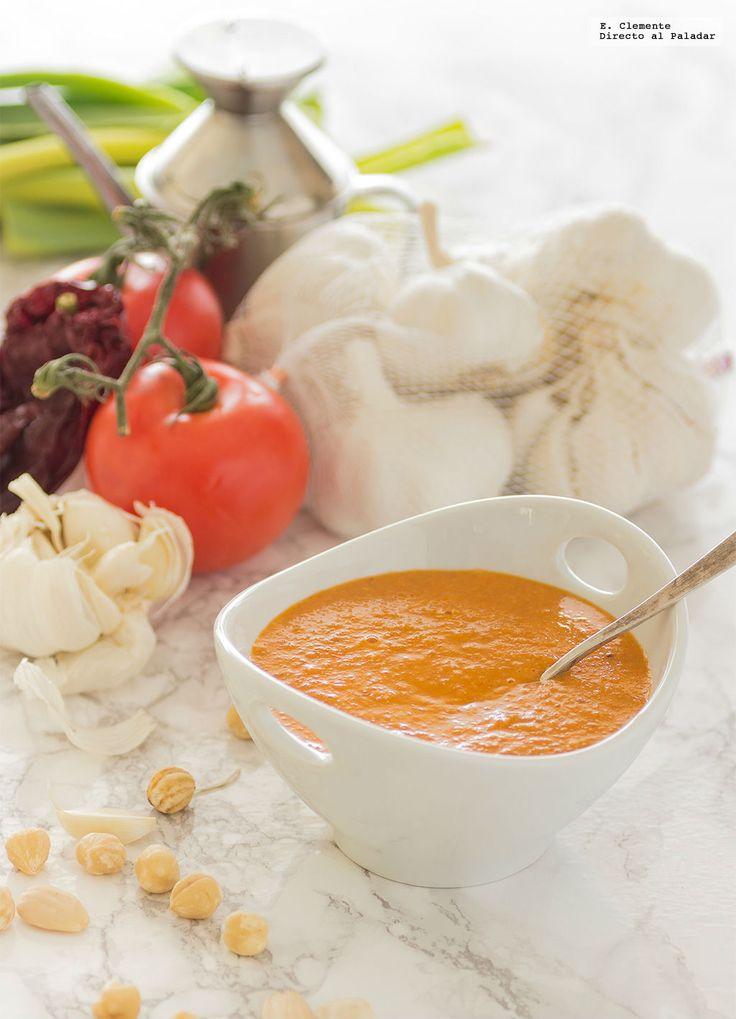 Hoy, dentro de nuestro curso de cocina toca explicar cómo hacer la salsa romesco. Como muchos de vosotros ya sabréis, la salsa romesco es una pic...