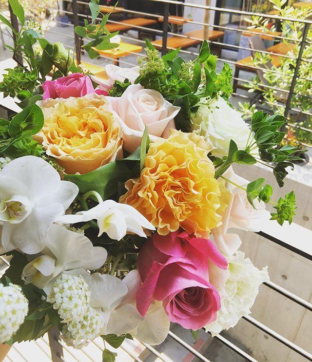 오늘도 웃을일 많은 행복한 하루 보내세요 #happytuesday # . . . #헤이마 #연희동카페 #연희동 #연희동헤이마 #카페 #테라스카페 #분위기 #커피 #커피타임 #☕️ # #coffeetime #coffee #seoulcafe #힐링 #heima #flowercafe #instaflower #꽃 #플라워카페 #flowerstagram #happyday #rose #orchid #핸드타이드 #플라워레슨