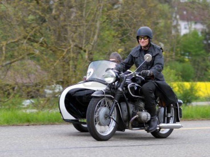 Mutschellen, ZWITSERLAND-APRIL 29: Vintage sidecar motorfiets BMW R 51 3 uit 1954 in het Grand Prix in Mutschellen, SUI op 29 april 2012. Ui...