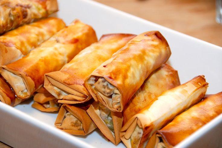 Opskrift på forårsruller med spidskål. Forårsrullerne fyldes også med gulerødder, bønnespirer og hakket svine- og oksekød. Bages i ovnen.