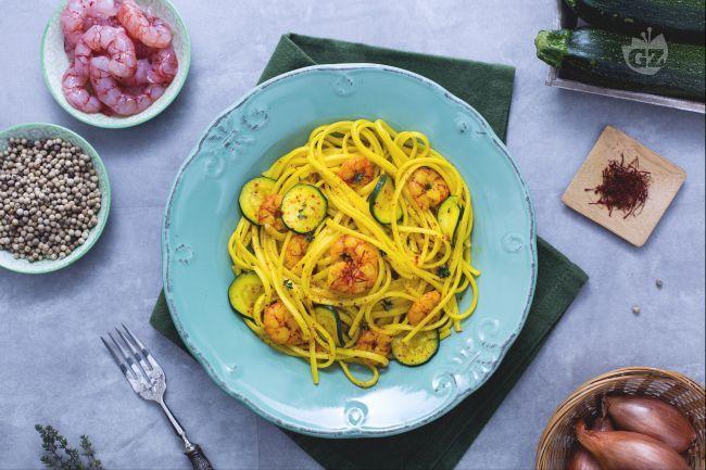 Le linguine con gamberetti, zucchine e zafferano sono  un primo piatto adatto a molte occasioni e caratterizzato da un sapore ben deciso!