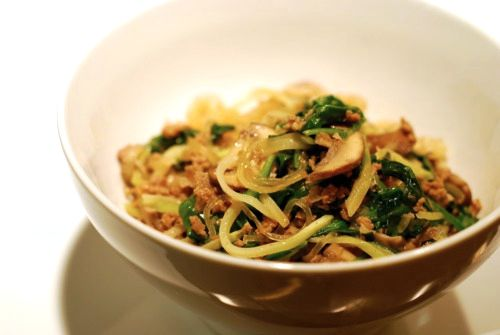 Лапша из водорослей с говяжьим фаршем  О плюсах лапши из водорослей мы рассказывали выше, поэтому не будем повторяться. Эта необычная овощная паста похожа по вкусу на некоторые блюда азиатской кухни и рекомендуется всем, кто соблюдает палеодиету.