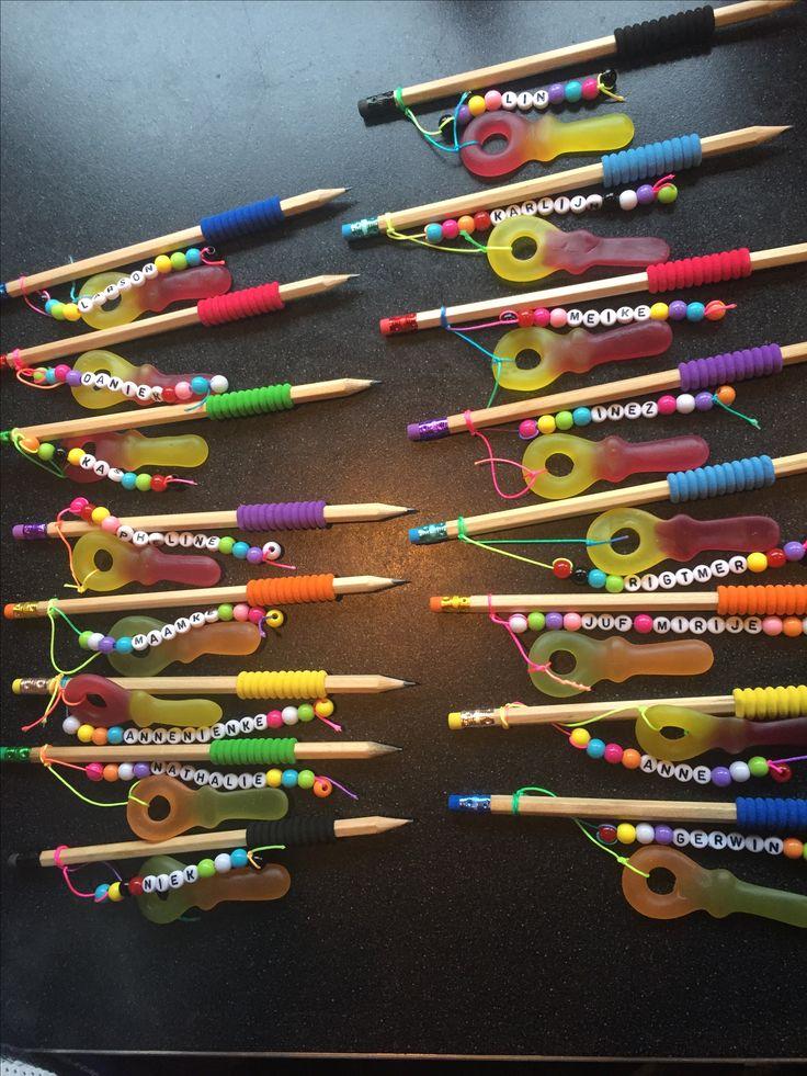 Traktatie voor mijn 9 jarige dochter op school: alle namen van de kinderen in de klas en juf, potlood en een snoepleutel...