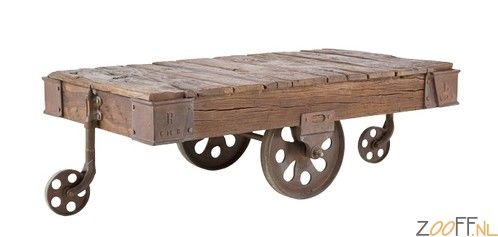 Kare Design Railway Salontafel - De Kare Design Railway Salontafel is een verrijdbare robuuste salontafel gemaakt van roodbruine sloophouten delen met gietijzeren wielen met een vintage look. De salontafel is voorzien van een gietijzeren onderstel gemaakt van zwart geverfde treinrails. De salontafel is een zeer unieke tafel welke geschikt is voor elk interieur.