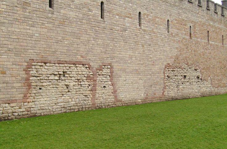 Sinais do Império Romano. Parede frontal do Castelo de Cardiff, fazendo parte da parede original do forte romano. Em Cardiff, País de Gales, Reino Unido. Fotografia Seth Whales.  - Wikipédia, a enciclopédia livre