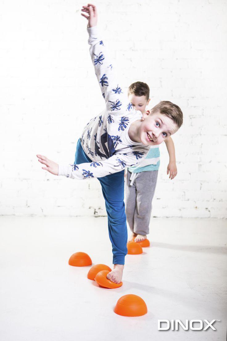 Pehmeät jalan alla joustavat puolipallon muotoiset askelsaarekkeet ovat mahtava väline tasapainoiluun, esteratoihin tai leikkiin.