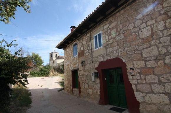BURGOS, ATAPUERCA. Casa Rural El Pesebre. Antigua casa de labradores reformada. Cuenta con 5 dormitorios dobles (uno #adaptado con su baño), dos cuartos de baño, salón de 40m² con chimenea y cocina con #chimenea y #parrilla. Situada en #Atapuerca, en el #CaminoDeSantiago.  #YacimientosAtapuerca. Además hay muchos otros atractivos cerca como humedales donde ver aves, visitar Mina Esperanza, la ciudad de #Burgos. #CasaRuralAccesible