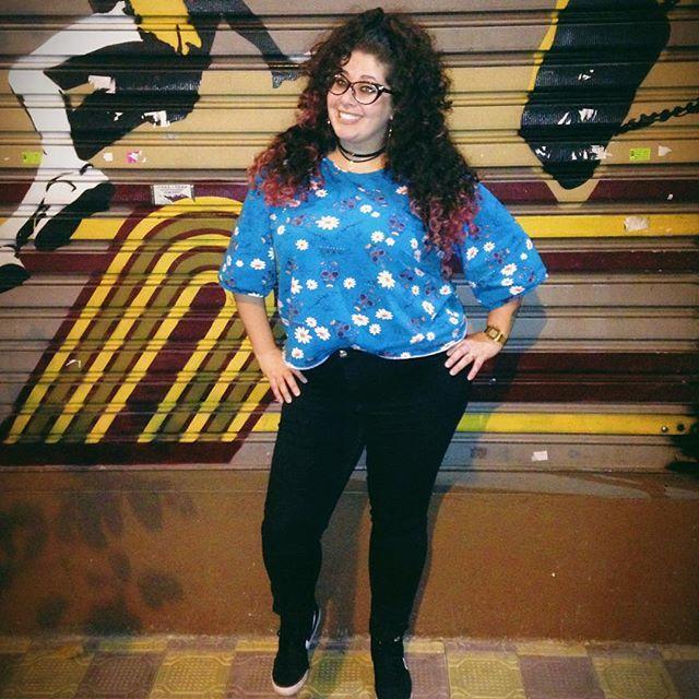 Look do dia Plus Size Calça jeans preta e camiseta com estampa mexicana. Cabelo cacheado colorido 😍