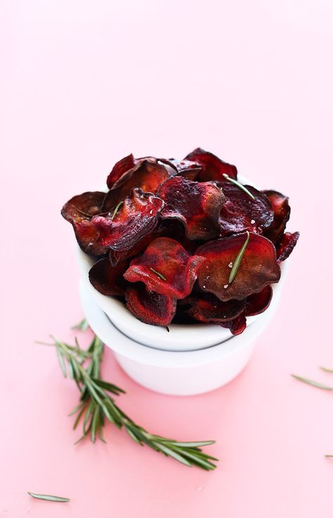 30-minute baked beet chips infused with rosemary. Salty, crispy, simple and perfect for snacking on the go.
