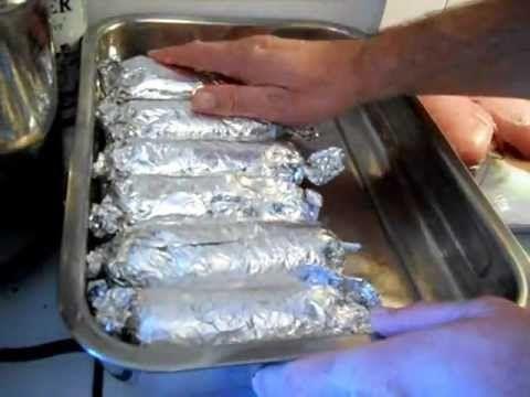 Készül a főétel egyik fogása - göngyölt csirkemell Raymusz módra: Baconnal,sajttal törtött csirkemell filé. 8 nagy csirkemell filé. 16 szelet bacon,24 vékony...