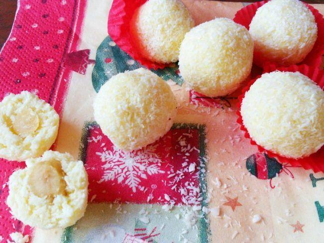 rafaello με λαχταριστή λευκή σοκολάτακαι επικάλυψη καρύδας,πανευκόλα να τα φτιάξετε και μοιαζουν πολύ με τα rafaello του εμπορίου! Μονο που είναι φτιαγμένα με τα δικά σας αγνά υλικά! Συνταγή για περίπου 30 σοκολατάκιαrafaello : Υλικά 200 γραμμάρια λευκής