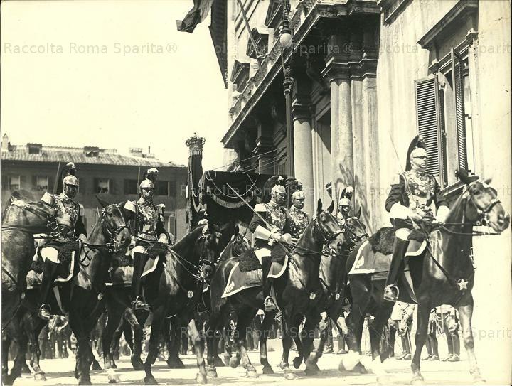 Piazza di Montecitorio – Corazzieri a cavallo Anno: 1934