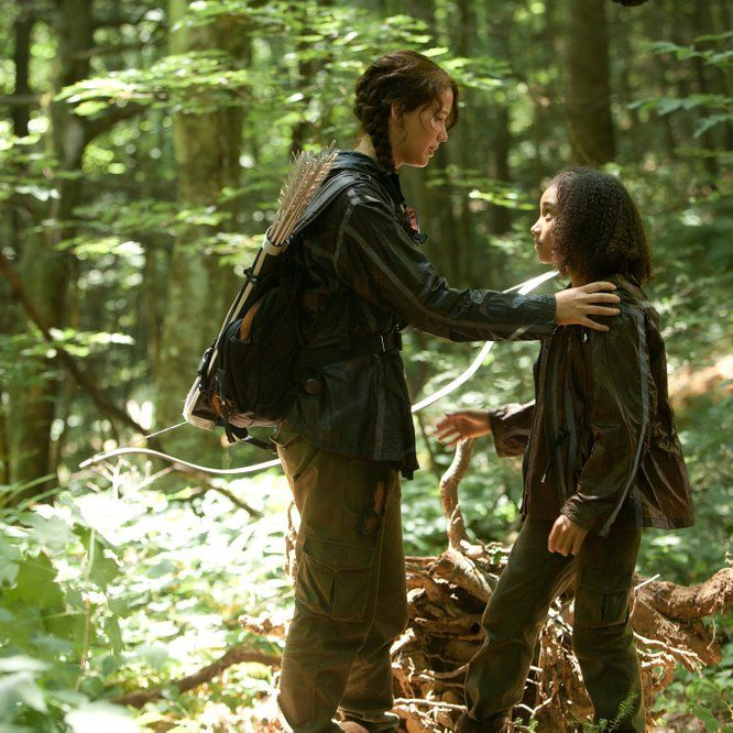 Katniss Everdeen (Jennifer Lawrence) y Rue (Amandla Stenberg) - Los juegos del hambre (2012):