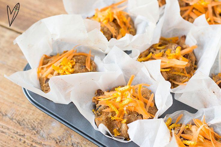 Wij vinden altijd wel een reden om iets lekkers op tafel te zetten! In plaats van oranje tompoucen kun je dit jaar deze Orange Sunshine Muffins maken. Enjoy! Ingrediënten: – 150 g wortel – 1 sinaasappel (rasp) – 200 g (volkoren)spelt- of havermeel – 100 ml amandelmelk – 1 tl bakpoeder – 1 tl zout