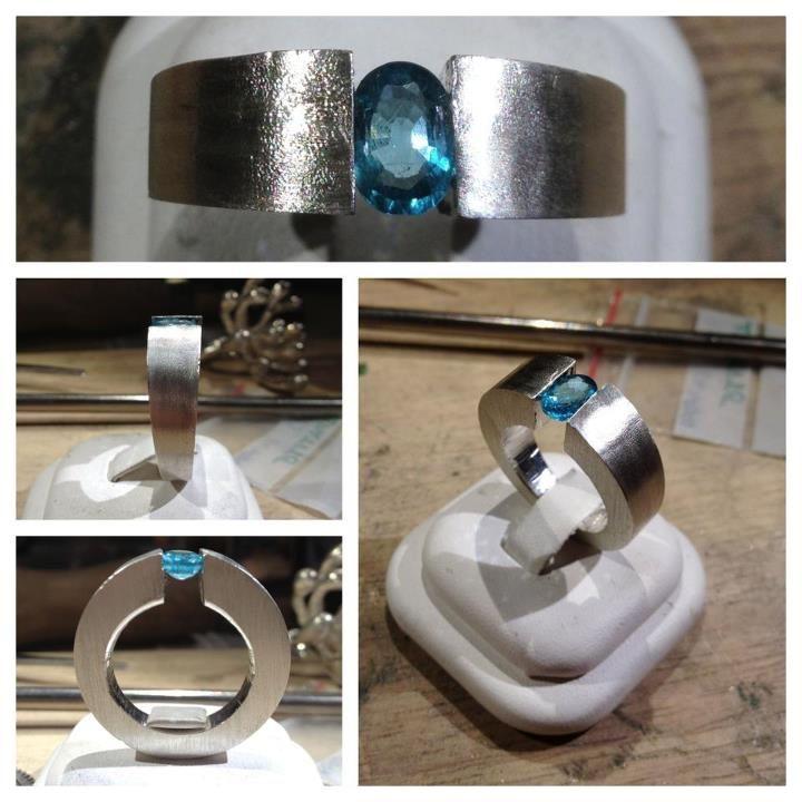 Wlrking on: geometries!  È ancora grezzo, argento massiccio, la pietra è un'apatite blu naturale con taglio ovale.   Com'è? Che ...