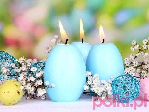 aranżacja stołu wielkanocnego  Nie musisz ponosić dużych kosztów, przygotowując wielkanocne dekoracje. Wystarczy że kupisz np. kilka świec w kształcie jajek, a obok nich ułożysz pomalowane wydmuszki.