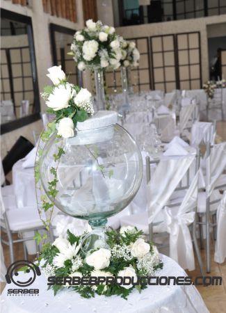 Para las novias que quieran salir un poco de lo tradicional, pueden optar por el baúl de cristal para la lluvia de sobres.