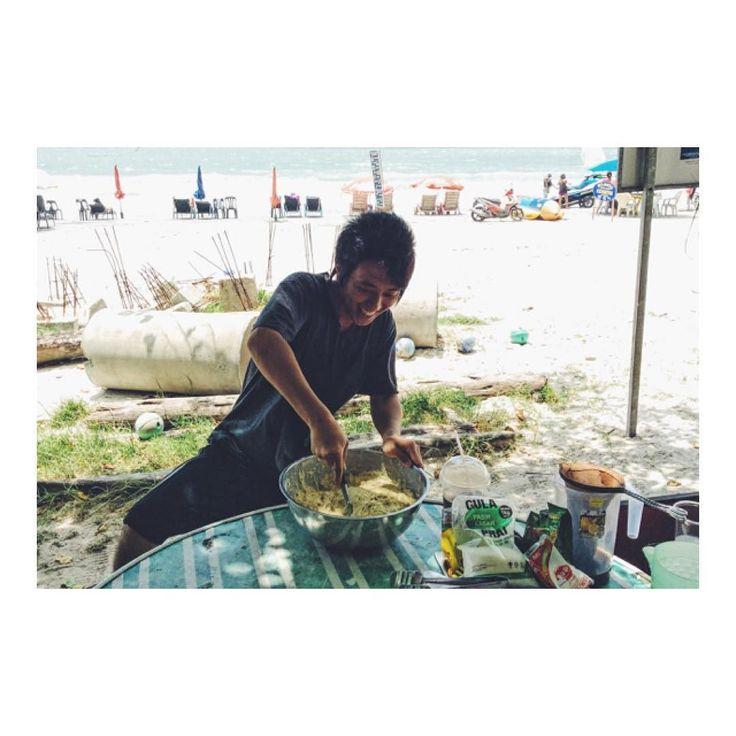 海辺でバナナのスイーツ作り Enjoyed cooking Malaysian sweets!  海辺のレストランで スイーツ作りを手伝いました  バナナをつぶしてから 粉をふりかけて混ぜ合わせたものを  天ぷらの要領で揚げると 甘くて美味しい丸い塊が出来ますV(_)V  祭りで出店を開けば売れそうだな  #スイーツ作り #スイーツ作り楽しい #スイーツ作り大好き #スイーツ作りたい #簡単スイーツ作り #スイーツ #手作りスイーツ #スイーツテロ #スイーツ系男子 #スイーツは別腹 #スイーツ食べ放題 #スイーツタイム #スイーツ親父 #海外移住 #浜辺で料理 #浜辺で #浜辺でまったり #浜辺ではしゃぐ #海辺の暮らし #海辺 #海辺のカフェ #海辺の生活 #海辺のレストラン #海辺のcafe #マレーシア生活 #マレーシア #ランカウイ島 #ランカウイ島 #ランカウイ島サイコーです