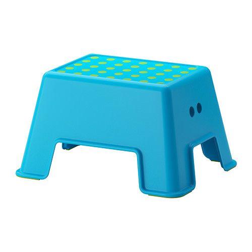 IKEA - BOLMEN, Stołek ze schodkiem, niebieski,  , , Taboret/Schodek nadaje się zarówno dla dzieci jak i dorosłych, gdyż został przetestowany i zatwierdzony dla obciążenia maksymalnie do 150 kg.Zabezpieczenie na górze zmniejsza ryzyko poślizgnięcia.Stołek stoi stabilnie w miejscu dzięki zabezpieczeniu antypoślizgowemu pod spodem.