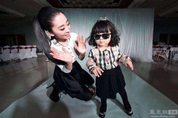 У двухлетней девочки из Китая гардероб стоимостью 200 тысяч долларов - http://russiatoday.eu/u-dvuhletnej-devochki-iz-kitaya-garderob-stoimostyu-200-tysyach-dollarov/ В Китае мать потратила 160 тысяч долларов на наряды для модного тематического дня рождения своей двухлетней дочери. Вся одежда от Луи Витон, Д