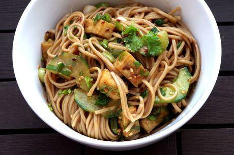 Sommersalat: Otsu  Otsu ist ein Salat aus japanischen Soba-Nudeln, Tofu und Koriander.