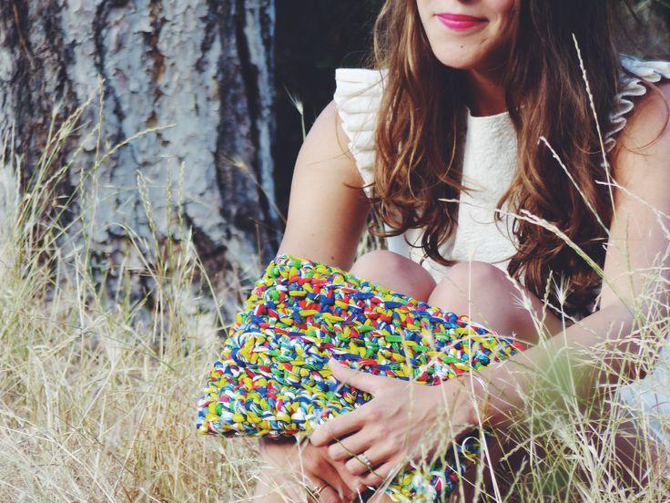 Pochette multicolore réalisée au crochet portée par la jolie Marianne / Multicolor crocheted clutch made by La French Pique, wearing by the beautiful Marianne
