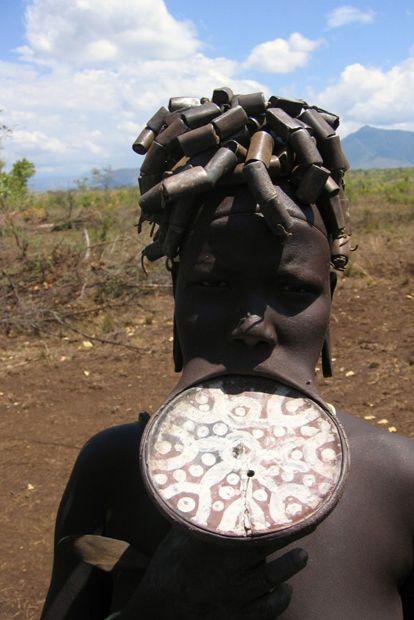 De Mursi vormen een bevolkingsgroep in Zuidwest-Ethiopië. Op vijftienjarige leeftijd wordt de lip van meisjes gepiercet en wordt er een houten schijf in geplaatst om de lip op te rekken. Deze schijf wordt meermalen vervangen door een grotere schijf, zodat de lip zoveel mogelijk oprekt.Hoe groter de plaat namelijk is, des te groter de bruidsschat is die de bruidegom voor haar zal betalen. Wanneer er niet genoeg plek is voor de plaat, worden er soms zelfs een paar tanden verwijderd.
