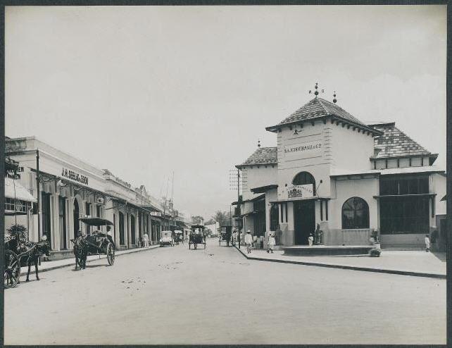 ini juga foto Jalan Braga tahun 1910. Sebelah kanan adalah jalan Naripan. Belokan sebelah kanan ini sekarang adalah toko roti Canary.