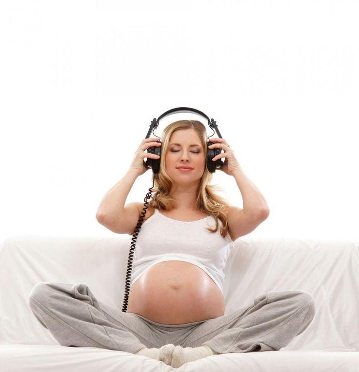 Børn kan huske melodier, de har hørt i mors mave - i helt op til fire måneder efter fødslen. Finske forskere mener, de er på sporet af noget med betydning for, hvordan vi lærer at tale. Læs deres råd til, hvad du bør gøre.