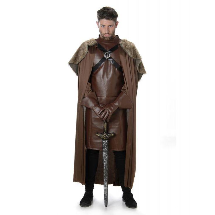 Ce déguisement de chevalier médiéval pour homme est composé d'une cape, d'une tunique et d'une paire de gants (épée, pantalon, chaussures non inclus). La longue cape est en tissu marron, avec une mini cape imitation fourrure par dessus. Elle se porte faci